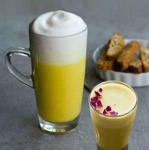 Curcuma-Latte-kalt-mit-Soya-Mandel-Drink-Schaum-separat-kalt-geschlagen-mit-Jura-Milch-Schaumer-auch-mit-Reis-Mandeldrink-oder-Hafer-Barista-gut2